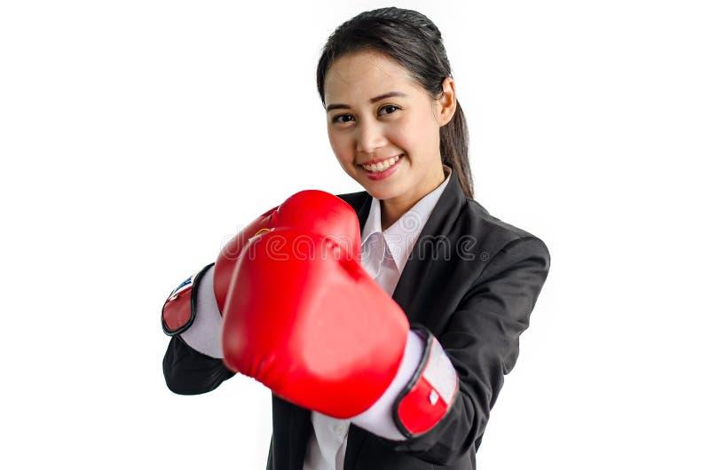 Portrait de beaux et jeunes gants de boxe de port de femme d'affaires photos libres de droits