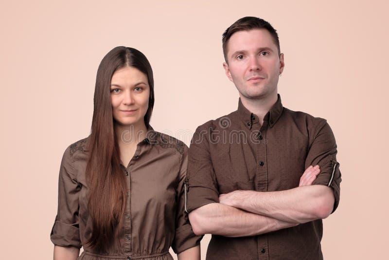 Portrait de beaux jeunes couples regardant l'appareil-photo photo libre de droits