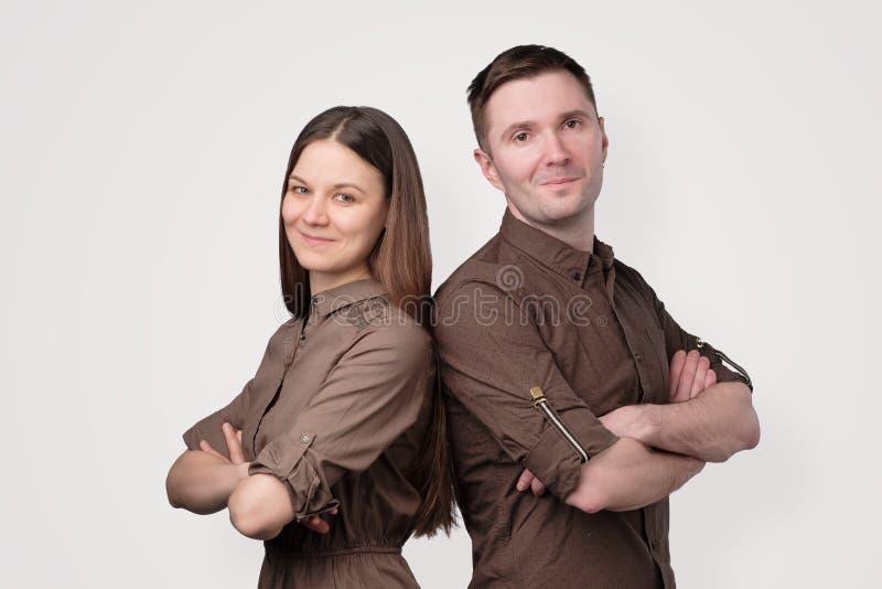 Portrait de beaux jeunes couples regardant l'appareil-photo photo stock