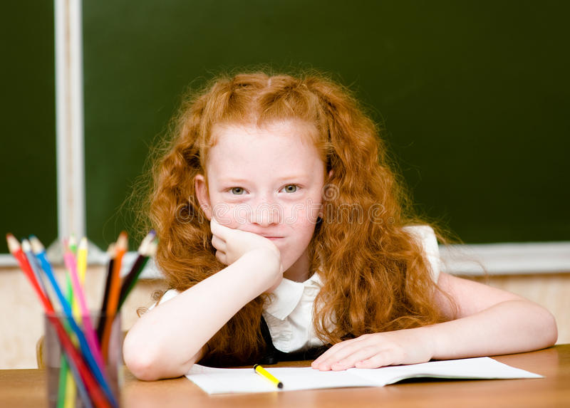 Portrait de belle écolière regardant l'appareil-photo image stock