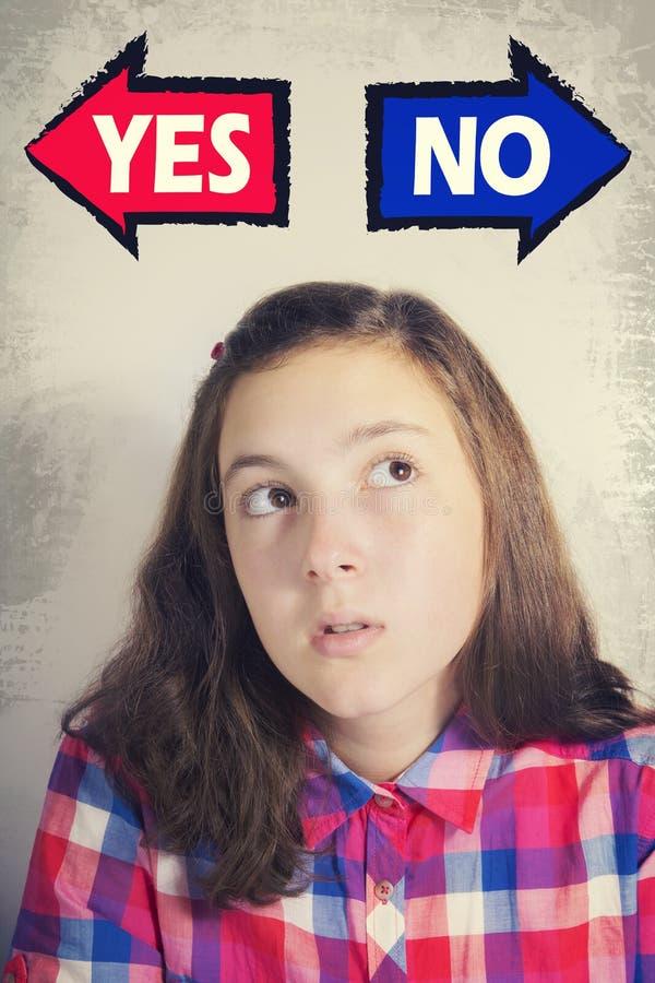 Portrait de belle adolescente pensant quoi choisir le betwe photo libre de droits