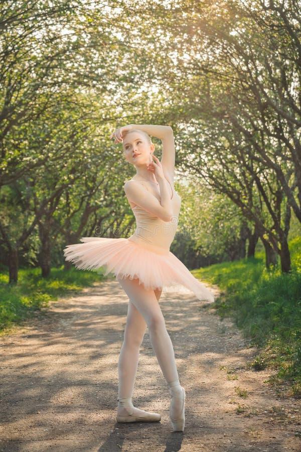 Portrait de belle ballerine avec émotion romantique et tendre photo stock