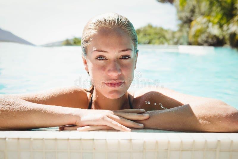 Portrait de belle blonde dans la piscine images stock