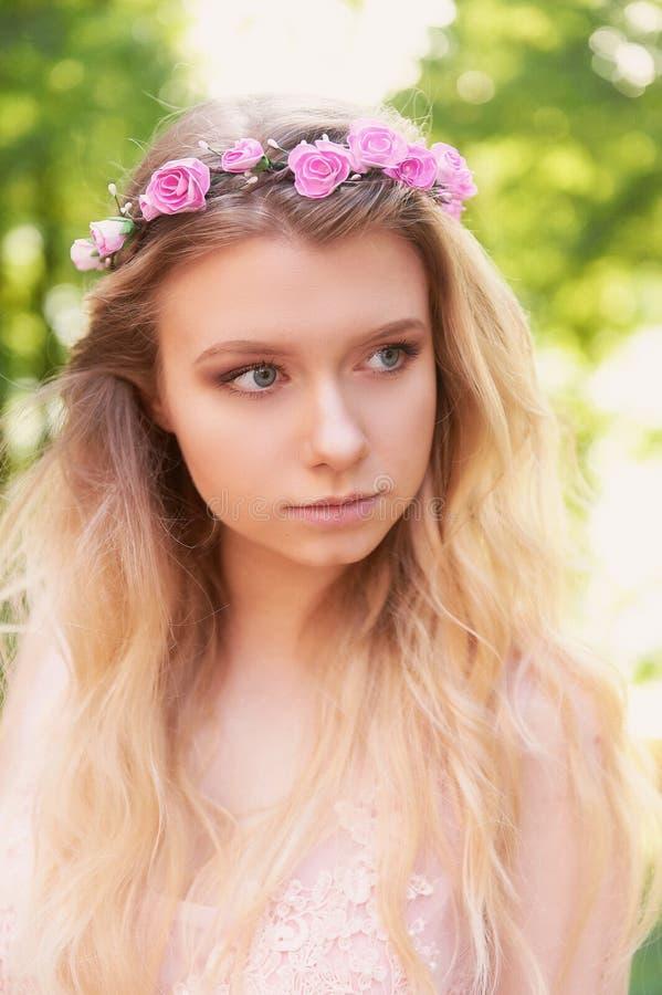 Portrait de belle blonde de jeune mariée dans la robe rose de dentelle dans l'ornement de cheveux fait main Grand massage facial image libre de droits
