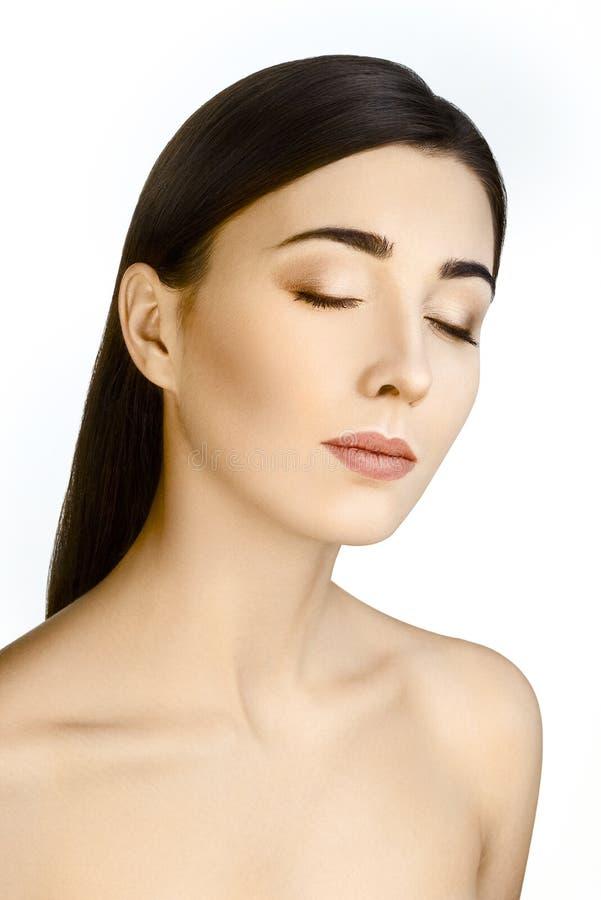 Portrait de belle brune avec Houlders dénudé et de yeux fermés sur le fond blanc image libre de droits