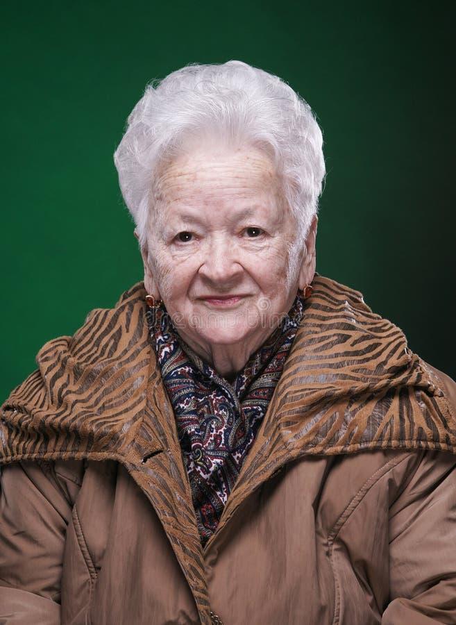 Portrait de belle dame âgée de sourire photographie stock