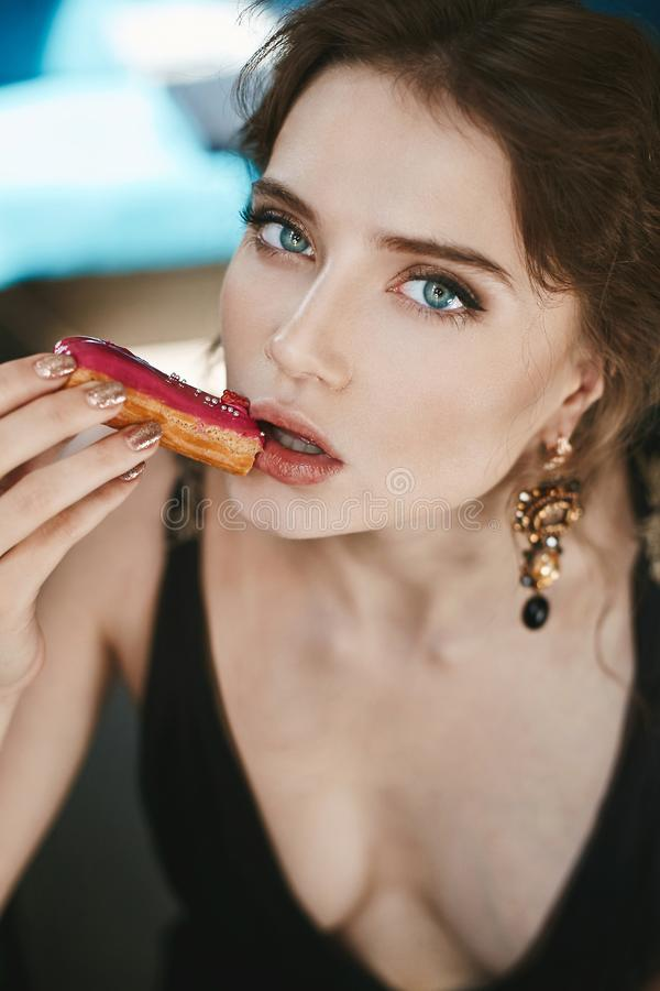 Portrait de belle et à la mode fille de modèle de brune avec des yeux bleus et avec le maquillage doux, avec de grands boucles d' photo stock