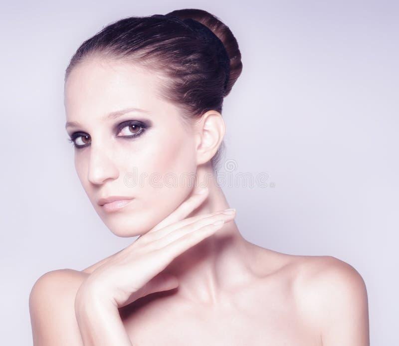 Portrait de belle femme à la mode avec la peau parfaite photographie stock