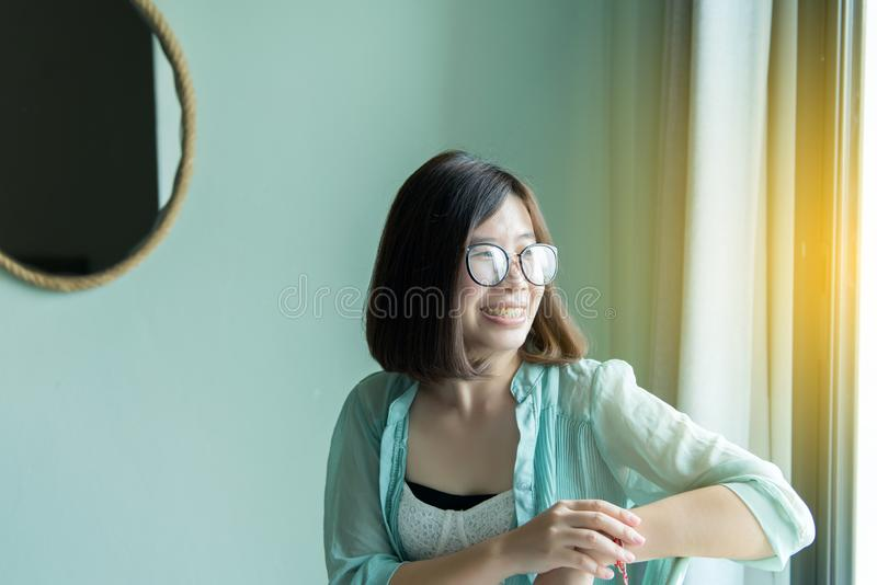 Portrait de belle femme asiatique détendre et se reposant près de la fenêtre à la maison, pensée positive, bonne attitude photographie stock libre de droits