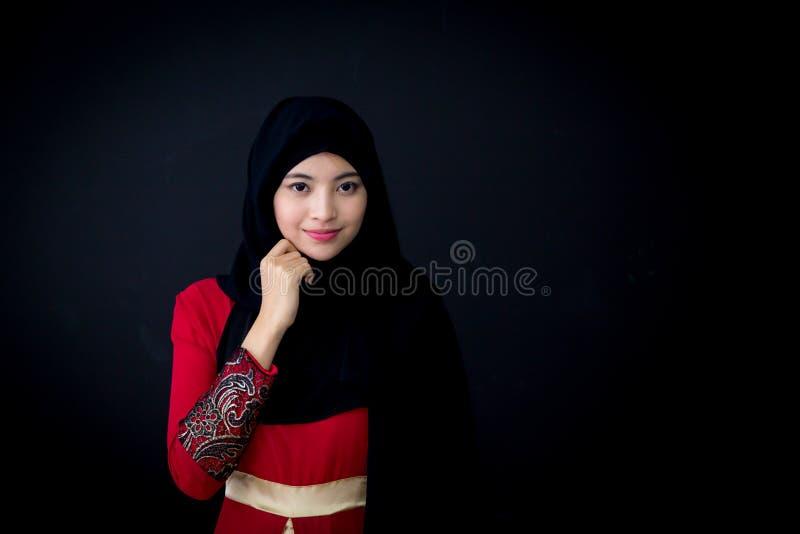 Portrait de belle femme asiatique musulmane au-dessus de fond noir avec la femme musulmane heureuse photos stock