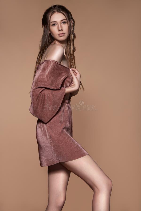 Portrait de belle femme attirante dans la robe photos stock