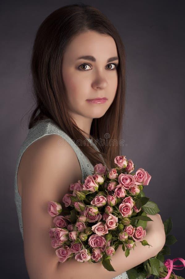Portrait de belle femme avec du charme de brune avec les fleurs punks Photo de mode photographie stock libre de droits