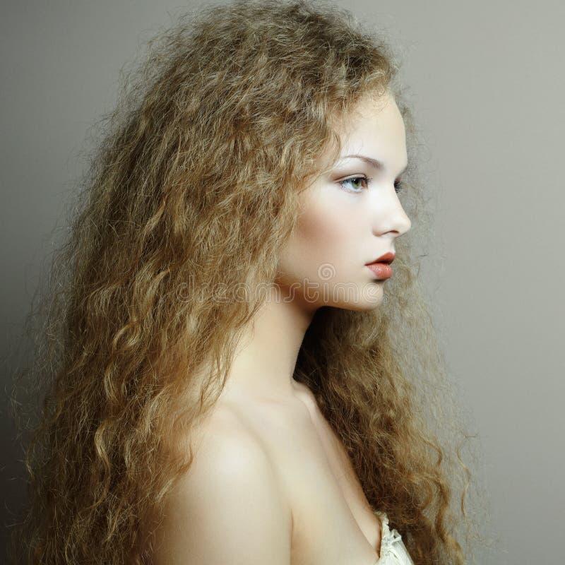 Portrait de belle femme avec la coiffure élégante photographie stock libre de droits