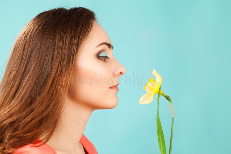 Portrait de belle femme avec le maquillage et le narcisse photographie stock