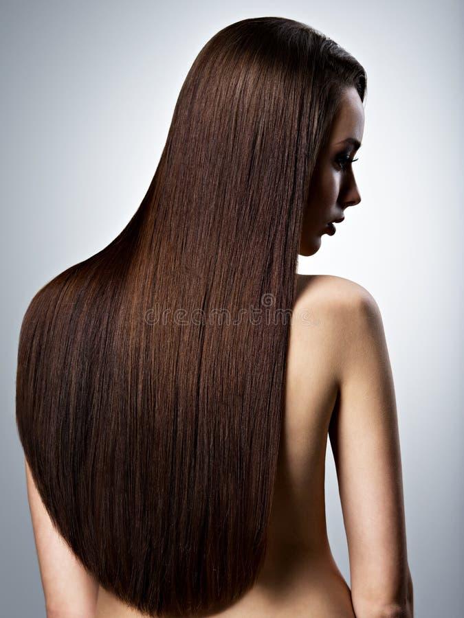 Portrait de belle femme avec les cheveux bruns longtemps droits photos libres de droits