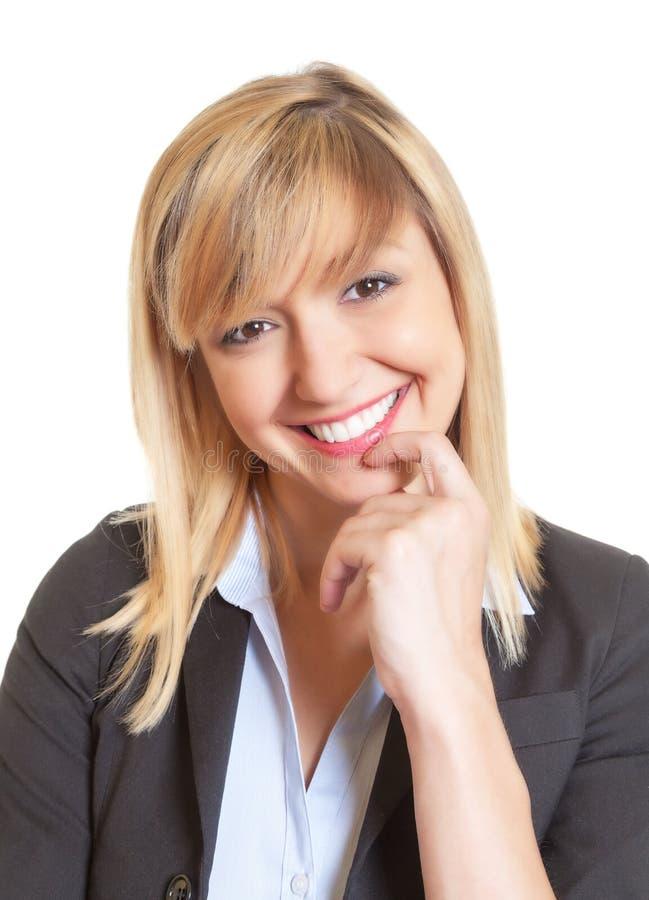 Portrait de belle femme avec les yeux foncés et les cheveux blonds photographie stock libre de droits