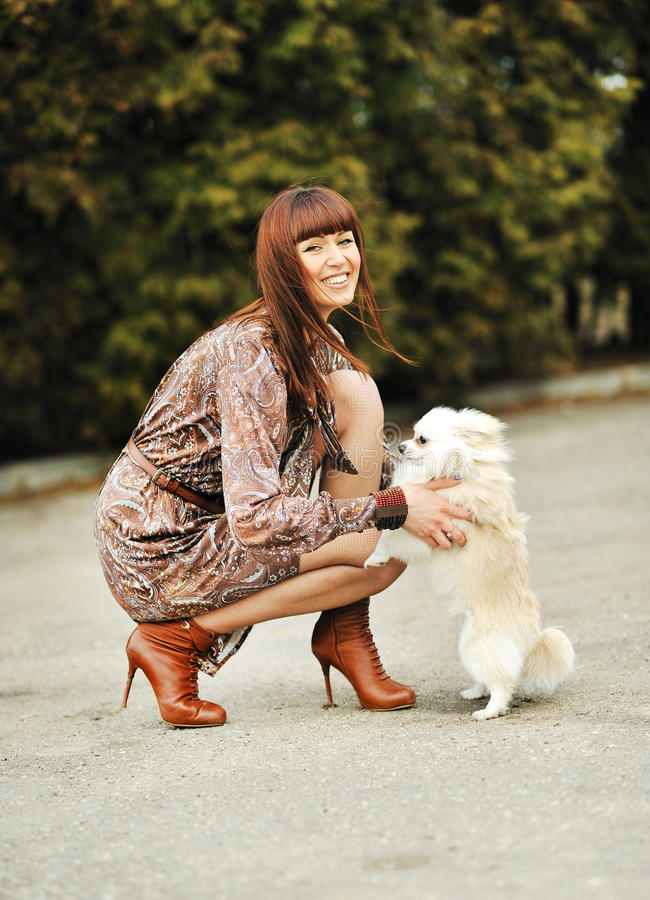 Portrait de belle femme avec son petit chien ayant le bon temps photographie stock