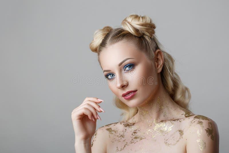Portrait de belle femme blonde avec le photoshoot de beauté de maquillage sur le fond photo stock