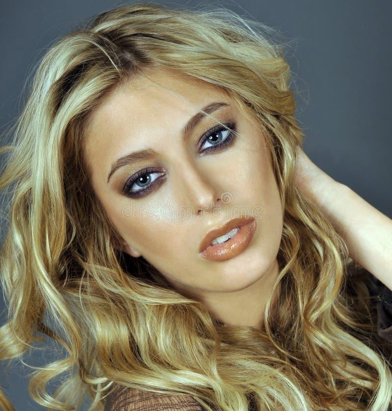 Portrait de belle femme blonde photographie stock