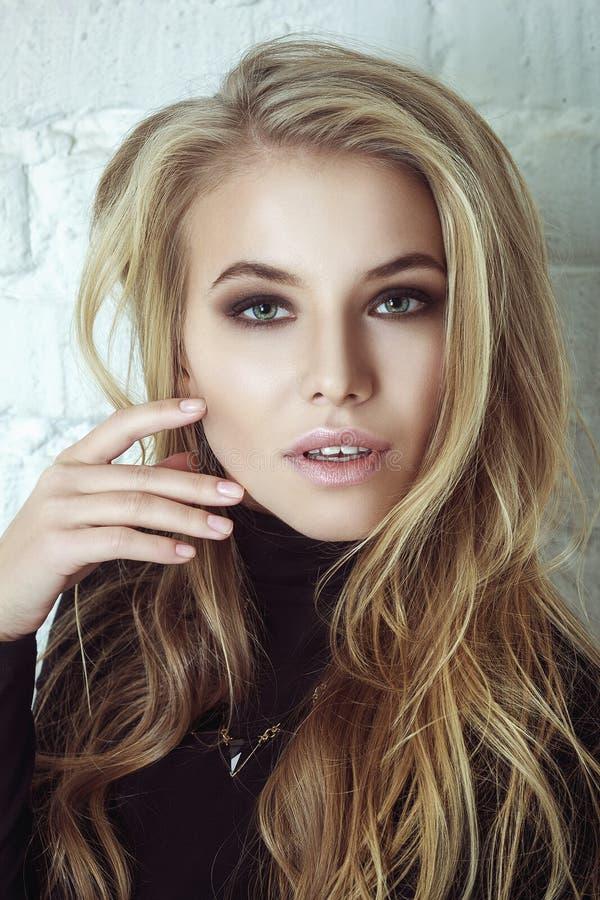 Portrait de belle femme blonde Longs cheveux bouclés image stock