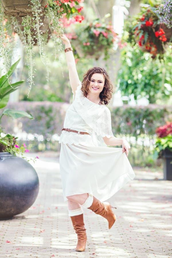Portrait de belle femme caucasienne blanche de sourire de fille avec de longs cheveux bruns rouge foncé, dans la robe blanche d'é photo stock