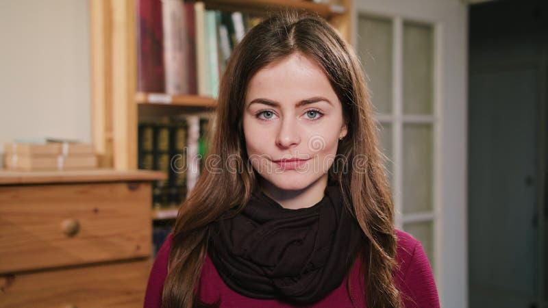 Portrait de belle femme caucasienne de brune images libres de droits