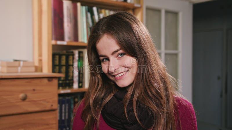 Portrait de belle femme caucasienne de brune image stock
