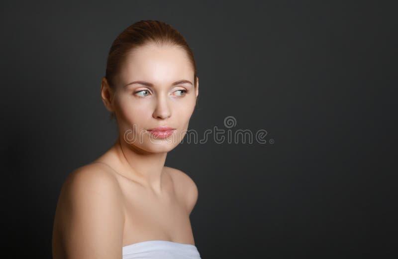 Portrait de belle femme, d'isolement sur le gris photographie stock libre de droits