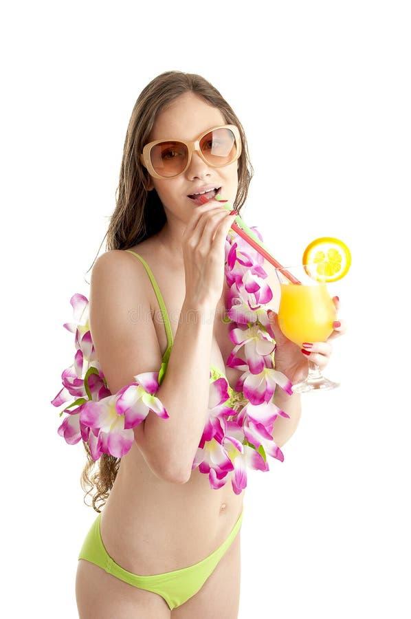 Portrait de belle femme dans la guirlande de port de leu de fleur de bikini photo stock
