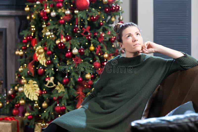Portrait de belle femme dans la robe verte de laine contre le christm images libres de droits