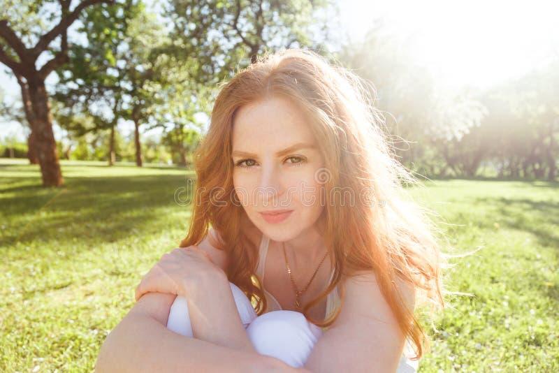 Portrait de belle femme dans le domaine de roseaux photo libre de droits
