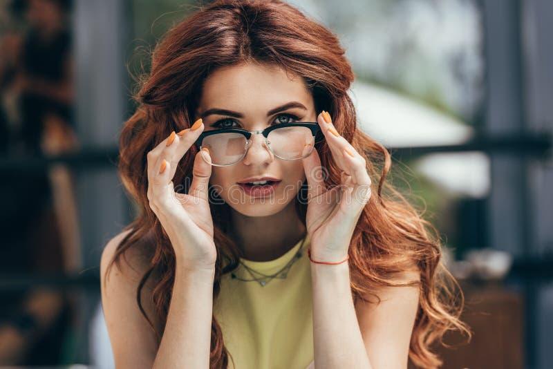 portrait de belle femme dans le regard de lunettes photos libres de droits