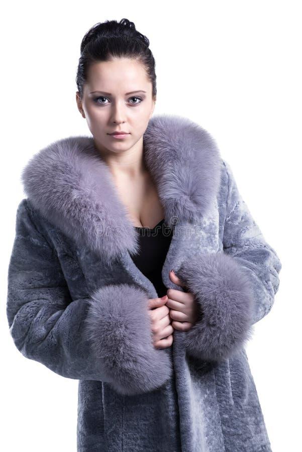 Portrait de belle femme dans le manteau de fourrure bleuâtre d'hiver image libre de droits