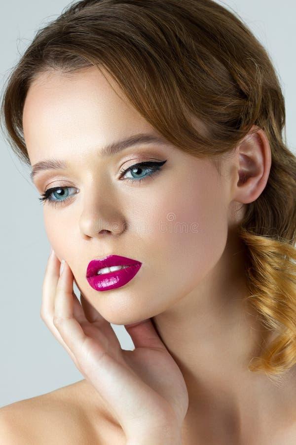 Portrait de belle femme de brune de ypung photo stock