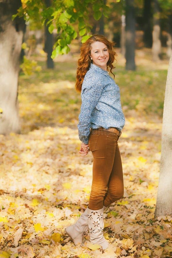 Portrait de belle femme de sourire aux feuilles d'automne image libre de droits