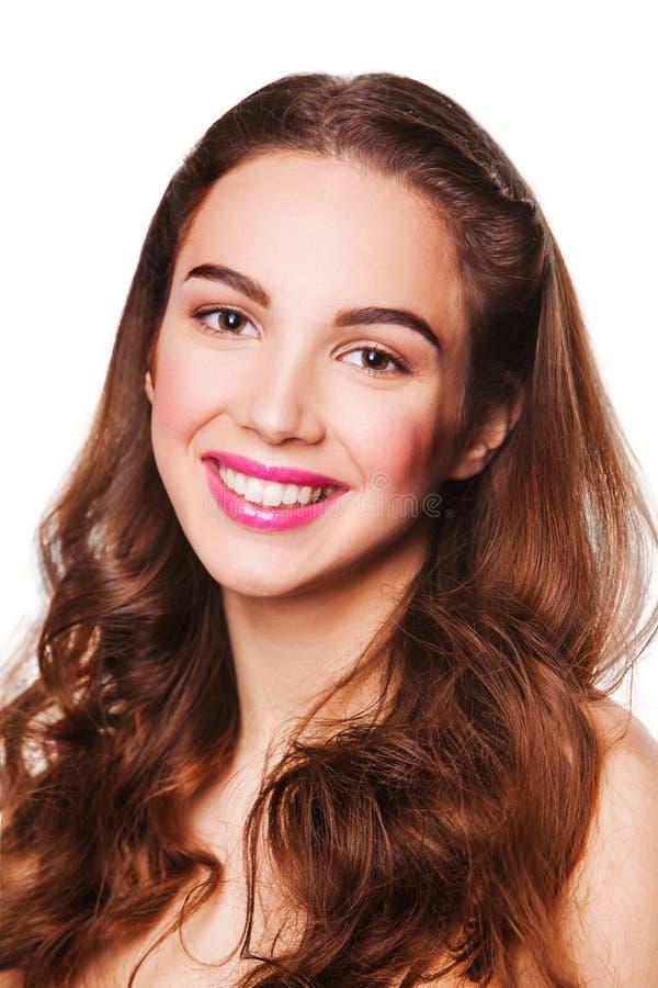 Portrait de belle femme de sourire avec les lèvres roses regardant l'appareil-photo photos stock