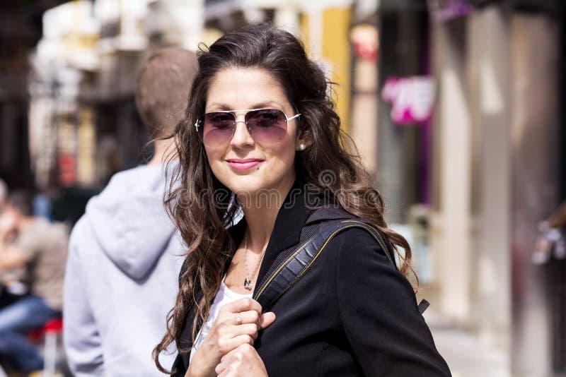 Portrait de belle femme de sourire sur la rue photos libres de droits