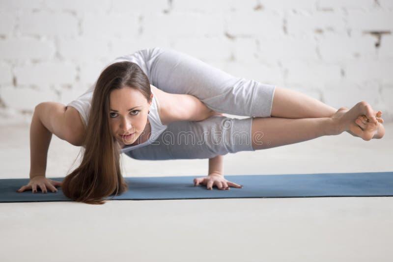 Portrait de belle femme faisant la pose d'appui renversé de huit angles images stock