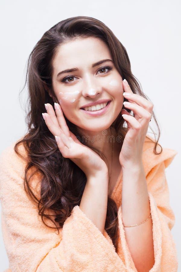 Portrait de belle femme faisant sa routine faciale images libres de droits