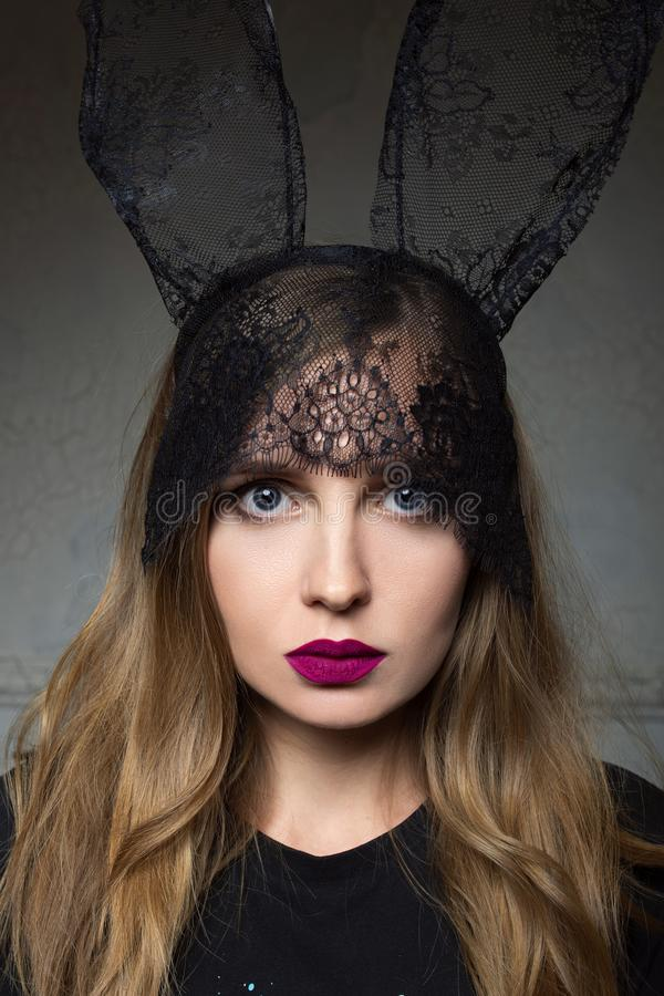 Portrait de belle femme ?l?gante dans des oreilles de dentelle de lapin photographie stock