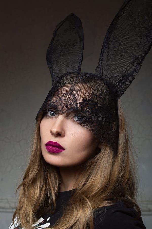 Portrait de belle femme ?l?gante dans des oreilles de dentelle de lapin image libre de droits
