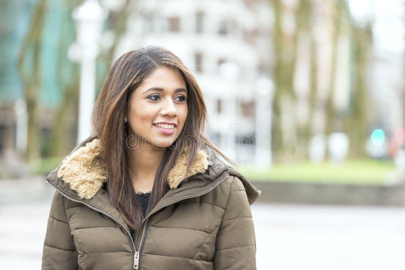 Portrait de belle femme latine de sourire dans la rue images libres de droits