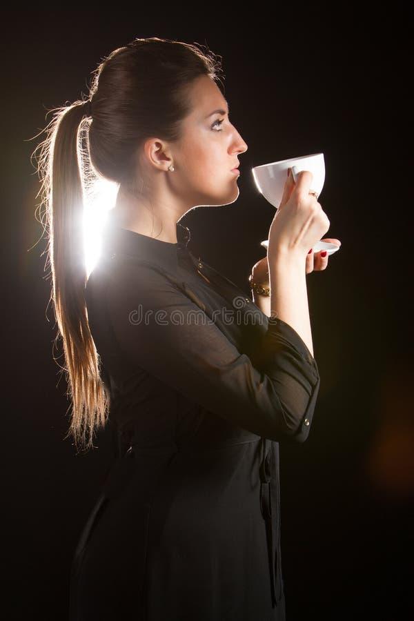 Portrait de belle femme posant dans le studio avec la tasse de coffe images stock