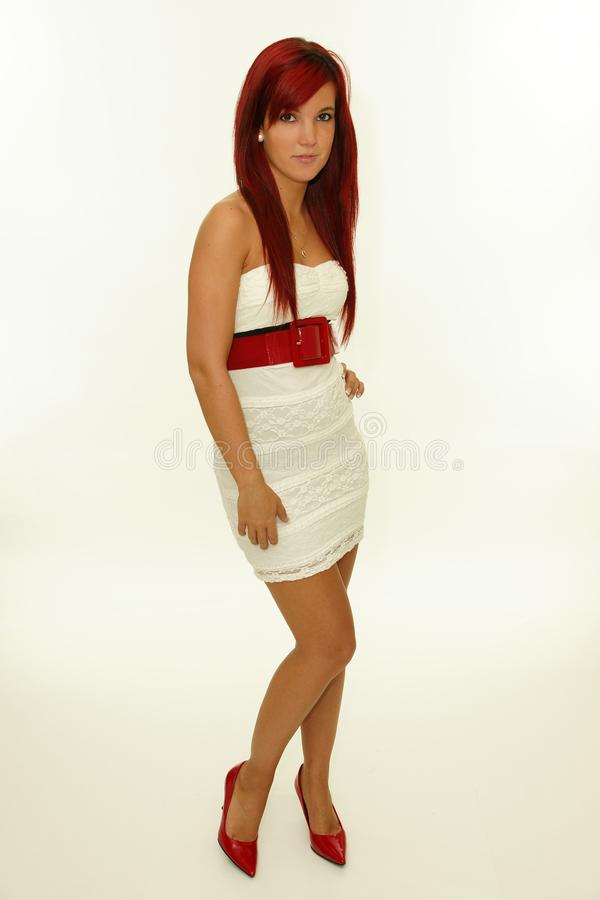 Portrait de belle femme rousse dans la robe blanche image stock