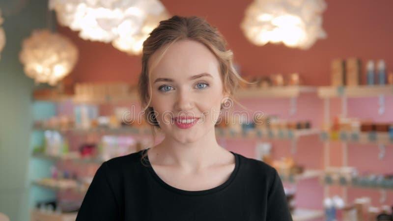 Portrait de belle femme sexy shopaholic à l'intérieur d'un magasin photo stock