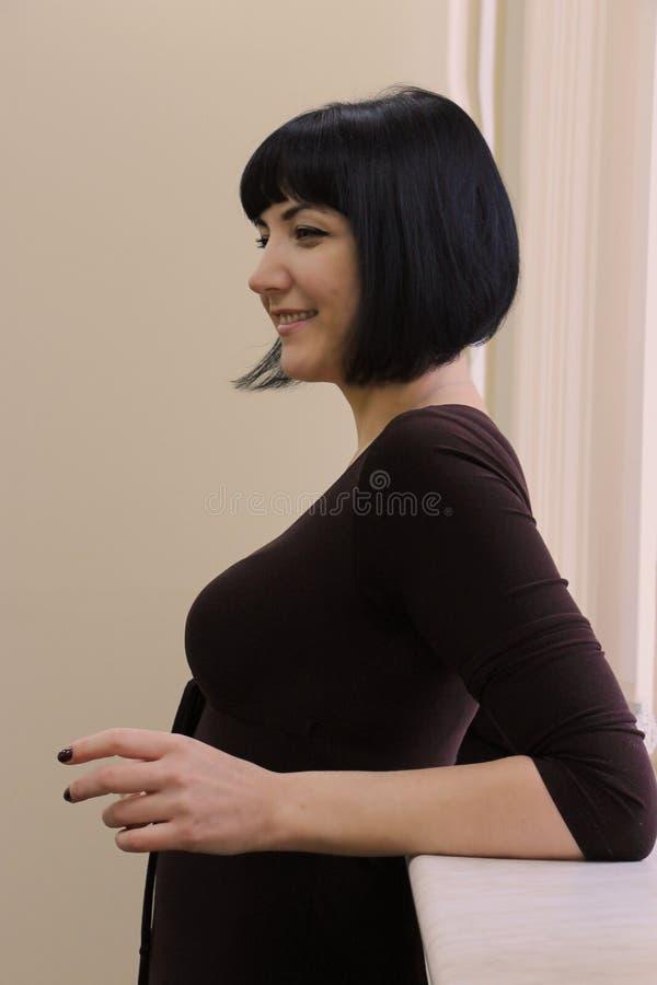 Portrait de belle femme de sourire heureuse d'affaires photographie stock libre de droits