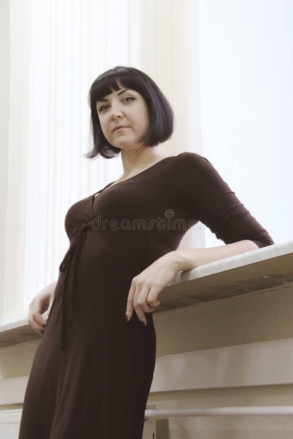 Portrait de belle femme de sourire heureuse d'affaires images stock