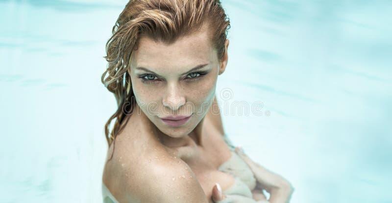 Portrait de belle femme sous la douche images stock