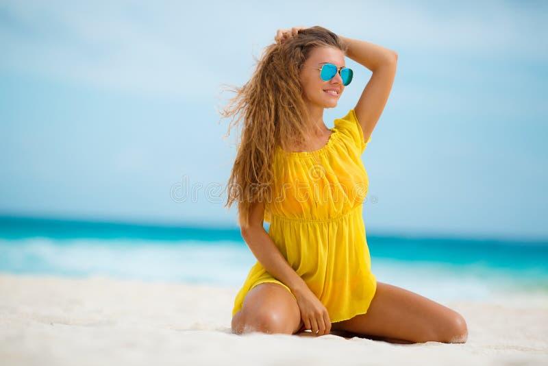 Portrait de belle femme sur la plage image libre de droits
