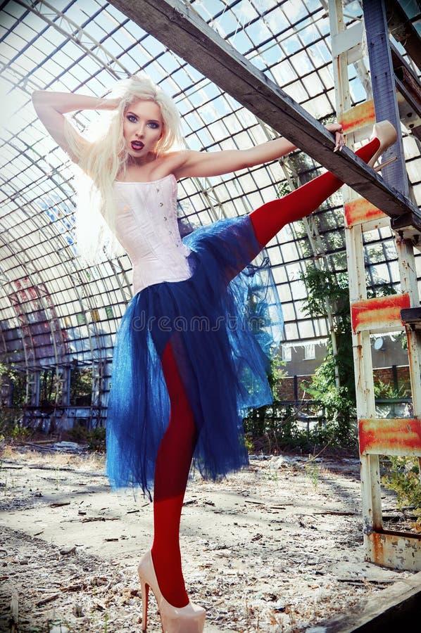 Portrait de belle de fille anormale étrange Femme impaire mignonne dans le corset, les collants et la jupe de tutu dans l'endroit images libres de droits